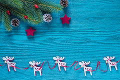 Ξύλινη διακόσμηση Χριστουγέννων στο τυρκουάζ και κόκκινο χρώμα Στοκ Φωτογραφίες