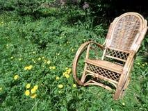 Ξύλινη λικνίζω-καρέκλα στην πράσινη χλόη Στοκ Φωτογραφίες