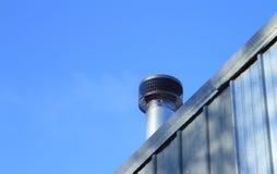 Ξύλινη καπνοδόχος εστιών σομπών μετάλλων έξω Στοκ φωτογραφίες με δικαίωμα ελεύθερης χρήσης