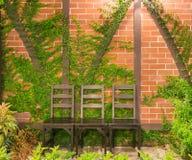 Ξύλινη καρέκλα γραφείων τρία στον κήπο Στοκ φωτογραφία με δικαίωμα ελεύθερης χρήσης