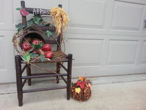 Ξύλινη καρέκλα πτώσης με το καλάθι των μήλων Στοκ εικόνα με δικαίωμα ελεύθερης χρήσης