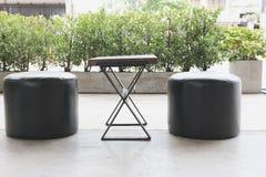 ξύλινη καρέκλα σκαμνιών γραφείων και δέρματος στο πεζούλι στο patio Στοκ Εικόνες