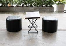 ξύλινη καρέκλα σκαμνιών γραφείων και δέρματος στο πεζούλι στο patio Στοκ εικόνα με δικαίωμα ελεύθερης χρήσης