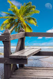 Ξύλινη καρέκλα στην παραλία ομορφιάς Στοκ Φωτογραφία