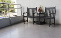 Ξύλινη καρέκλα στο πεζούλι στοκ εικόνα με δικαίωμα ελεύθερης χρήσης