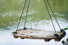 Ξύλινη καρέκλα ταλάντευσης κοντά στον ποταμό Στοκ εικόνες με δικαίωμα ελεύθερης χρήσης