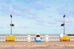 Ξύλινη καρέκλα δύο στη θάλασσα Στοκ Φωτογραφίες