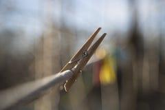 Ξύλινη καρφίτσα ενδυμάτων στη γραμμή ενδυμάτων Στοκ Φωτογραφίες
