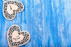 Ξύλινη καρδιά που χαράζεται σε ένα μπλε ξύλινο υπόβαθρο Στοκ φωτογραφίες με δικαίωμα ελεύθερης χρήσης