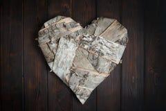 Ξύλινη καρδιά στο σκοτεινό ξύλινο υπόβαθρο Στοκ εικόνες με δικαίωμα ελεύθερης χρήσης