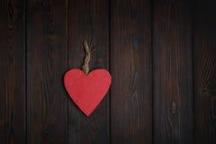 Ξύλινη καρδιά στο σκοτεινό ξύλινο υπόβαθρο Στοκ εικόνα με δικαίωμα ελεύθερης χρήσης