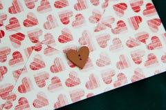 Ξύλινη καρδιά στο φάκελο Στοκ Εικόνες