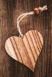 Ξύλινη καρδιά στο φυσικό υπόβαθρο με μια σειρά Στοκ Εικόνα