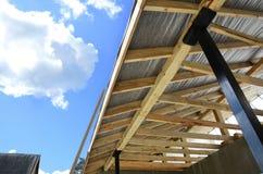 Ξύλινη κατασκευή στεγών οικοδόμηση του σπιτιού Μόσχα πόλεων Εγκατάσταση των ξύλινων ακτίνων στην κατασκευή Στοκ Φωτογραφία