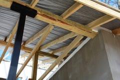 Ξύλινη κατασκευή στεγών οικοδόμηση του σπιτιού Μόσχα πόλεων Εγκατάσταση των ξύλινων ακτίνων στην κατασκευή Στοκ εικόνες με δικαίωμα ελεύθερης χρήσης