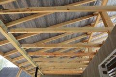 Ξύλινη κατασκευή στεγών οικοδόμηση του σπιτιού Μόσχα πόλεων Εγκατάσταση των ξύλινων ακτίνων στην κατασκευή Στοκ Εικόνες