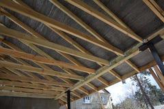 Ξύλινη κατασκευή στεγών οικοδόμηση του σπιτιού Μόσχα πόλεων Εγκατάσταση των ξύλινων ακτίνων στην κατασκευή Στοκ εικόνα με δικαίωμα ελεύθερης χρήσης