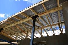 Ξύλινη κατασκευή στεγών οικοδόμηση του σπιτιού Μόσχα πόλεων Εγκατάσταση των ξύλινων ακτίνων στην κατασκευή Στοκ φωτογραφίες με δικαίωμα ελεύθερης χρήσης
