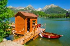 Ξύλινη καλύβα και κόκκινες βάρκες στο pleso Strbske λιμνών Στοκ Φωτογραφία