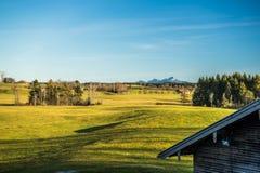 Ξύλινη καλύβα στο βαυαρικό τοπίο Στοκ Εικόνες