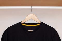 Ξύλινη κρεμάστρα με το πουκάμισο Στοκ εικόνα με δικαίωμα ελεύθερης χρήσης