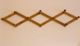 Ξύλινη κρεμάστρα στον τοίχο Στοκ εικόνα με δικαίωμα ελεύθερης χρήσης