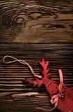 Ξύλινη κρεμώντας διακόσμηση ελαφιών στον ξύλινο πίνακα Στοκ φωτογραφίες με δικαίωμα ελεύθερης χρήσης