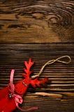Ξύλινη κρεμώντας διακόσμηση ελαφιών στον ξύλινο πίνακα Στοκ φωτογραφία με δικαίωμα ελεύθερης χρήσης
