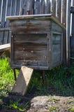 Ξύλινη κυψέλη με τις μέλισσες Στοκ φωτογραφία με δικαίωμα ελεύθερης χρήσης