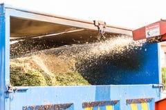 Ξύλινη μηχανή πελεκιών που απελευθερώνει τα τεμαχισμένα ξύλα σε ένα φορτηγό Στοκ Φωτογραφία