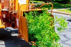 Ξύλινη μηχανή πελεκιών που απελευθερώνει τα τεμαχισμένα ξύλα στοκ εικόνα
