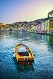 Ξύλινη μικρή βάρκα στην προκυμαία του Πόρτο Santo Stefano Argentario, Τ Στοκ Εικόνες