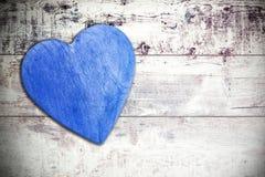 Ξύλινη μπλε καρδιά στο εφοδιασμένο με ξύλα υπόβαθρο, διάστημα για το κείμενο Στοκ φωτογραφία με δικαίωμα ελεύθερης χρήσης