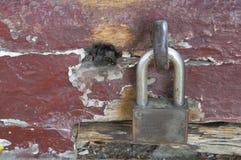 Ξύλινη ξύλινη παλαιά παλαιά αγροτική έννοια κλειδαριών paddlock σφιχτά Στοκ Φωτογραφίες
