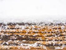 Ξύλινη πίνακας, ξυλεία ή σανίδα που καλύπτονται με το χιόνι Στοκ εικόνα με δικαίωμα ελεύθερης χρήσης