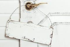 Ξύλινη πινακίδα με την ένωση σχοινιών στοκ εικόνες