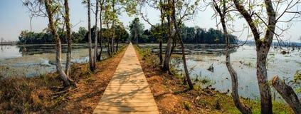 Ξύλινη πορεία προς το ναό Neak Pean, Καμπότζη Στοκ φωτογραφία με δικαίωμα ελεύθερης χρήσης