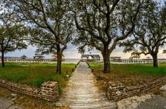 Ξύλινη πορεία σε Boathouse με τα δέντρα και τον ουρανό στοκ φωτογραφία με δικαίωμα ελεύθερης χρήσης