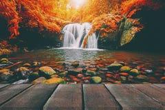 Ξύλινη προοπτική πατωμάτων και φυσικός καταρράκτης βουνών Στοκ φωτογραφία με δικαίωμα ελεύθερης χρήσης