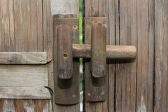 Ξύλινη πόρτα, ανοικτός κήπος Στοκ εικόνα με δικαίωμα ελεύθερης χρήσης
