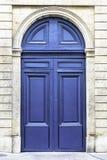 Ξύλινη πόρτα εισόδων αψίδων στο Παρίσι, Γαλλία Στοκ φωτογραφία με δικαίωμα ελεύθερης χρήσης