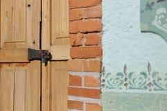 Ξύλινη πόρτα κινηματογραφήσεων σε πρώτο πλάνο με την κλειδαριά Στοκ Φωτογραφίες