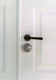 Ξύλινη πόρτα με τη λαβή Στοκ Φωτογραφίες