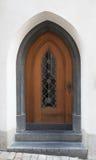 Ξύλινη πόρτα με τη γοτθική ogive αψίδα στοκ φωτογραφίες