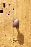 Ξύλινη πόρτα με το εξόγκωμα μετάλλων Στοκ φωτογραφία με δικαίωμα ελεύθερης χρήσης