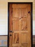 Ξύλινη πόρτα που τίθεται σε έναν τοίχο Στοκ εικόνα με δικαίωμα ελεύθερης χρήσης