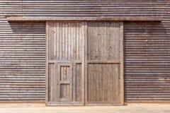 Ξύλινη πόρτα σιταποθηκών στοκ εικόνες με δικαίωμα ελεύθερης χρήσης