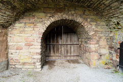 Ξύλινη πόρτα στην πέτρα valv Στοκ φωτογραφία με δικαίωμα ελεύθερης χρήσης