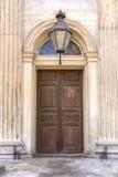 Ξύλινη πόρτα στη μαρμάρινη είσοδο στοκ φωτογραφίες