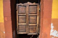 Ξύλινη πόρτα ταλάντευσης Στοκ εικόνα με δικαίωμα ελεύθερης χρήσης